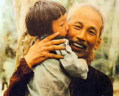 Ho Chi Minh-Pemimpin yang lugas, mencintai perdamaian dan sepenuh hati demi bangsa di mata sahabat-sahabat internasional - ảnh 1