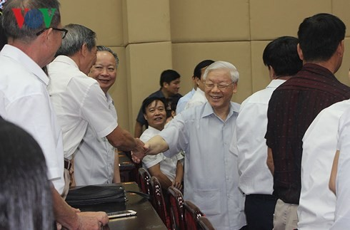 Sekjen Nguyen Phu Trong melakukan kontak dengan pemilih setelah persidangan MN - ảnh 1