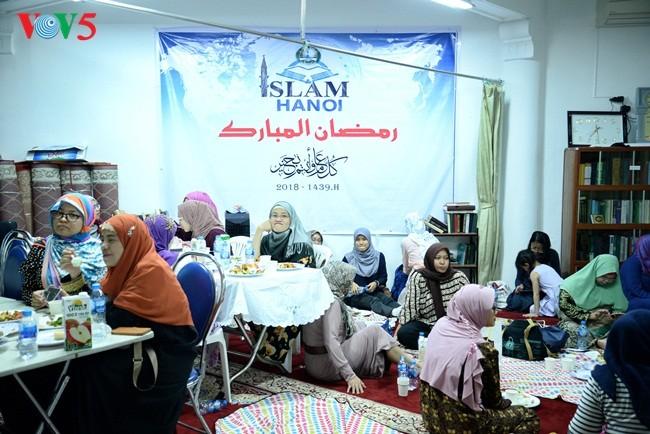 Umat Islam Indonesia di Viet Nam dengan Hari Raya Idul Fitri 1439 H (Hijraih)  yang hangat dan tenteram sentosa - ảnh 2