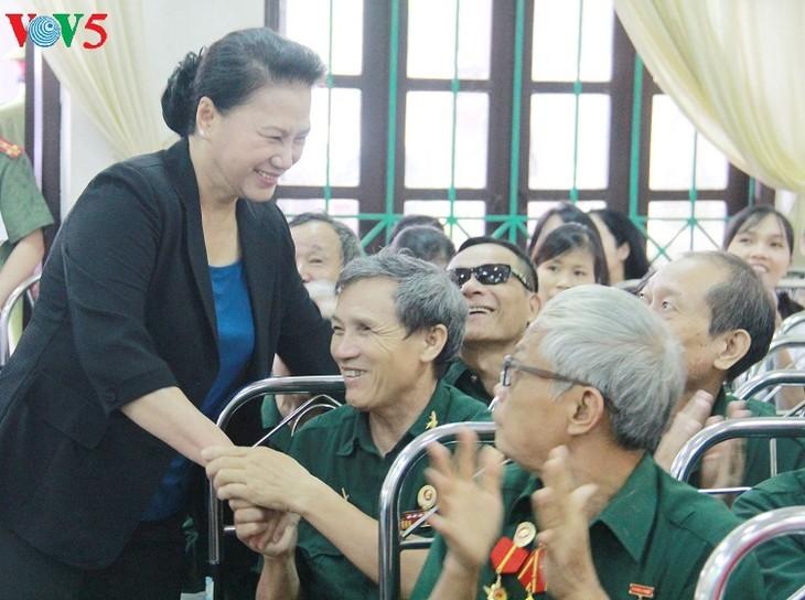 Ketua MN Nguyen Thi Kim Ngan mengunjungi dan memberikan bingkisan kepada  prajurit disabilitas di Provinsi Ha Nam - ảnh 1