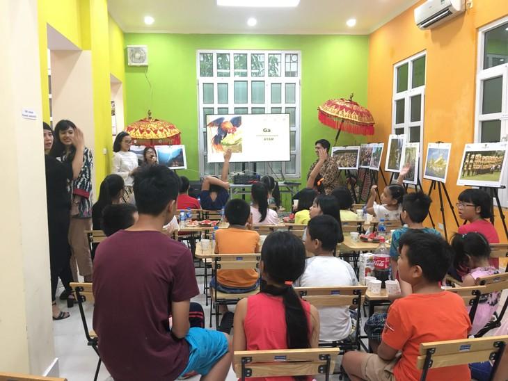 Satu acara memperkenalkan bahasa Indonesia melalui dongeng yang dilakukan oleh anak-anak Viet Nam - ảnh 1