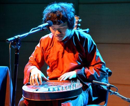 Seniman Ngo Hong Quang mengenakan baju kontemporer kepada musik tradisional - ảnh 1