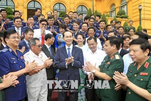 """Presiden Tran Dai Quang: Mengembangkan pola """"polisi laut berjalan seperjalan dengan kaum nelayan"""" secara substantif dan intensif - ảnh 1"""