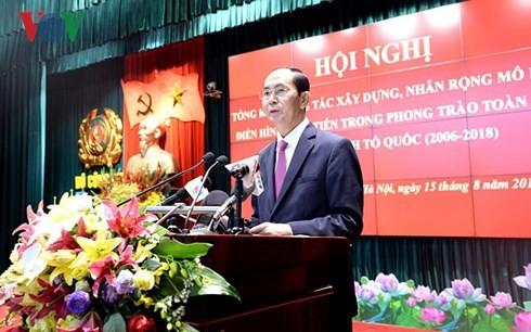 Presiden Tran Dai Quang menghadiri konferansi tipikal maju dalam gerakan seluruh rakyat membela keamanan Tanah Air - ảnh 1