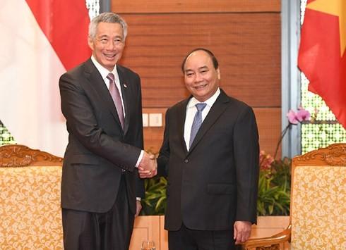 PM Nguyen Xuan Phuc melakukan pertemuan dengan PM Singapura - ảnh 1