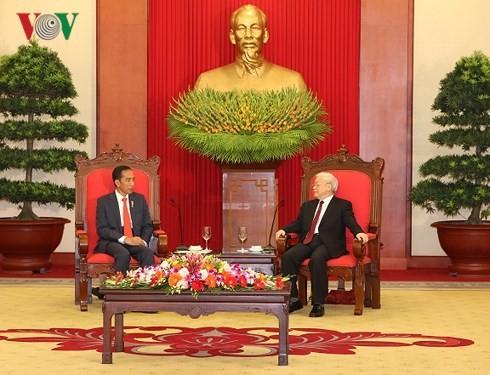 Sekjen Nguyen Phu Trong menerima Deputi PM Tiongkok,  Hu Chunhua dan Presiden Indonesia, Joko Widodo - ảnh 1