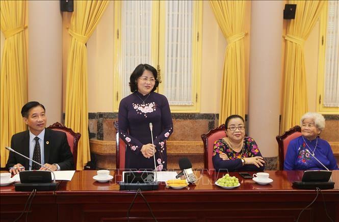 Wakil Presiden Dang Thi Ngoc Thinh melakukan pertemuan dengan rombongan orang yang berjasa dari Provinsi An Giang - ảnh 1