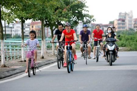 Mengayuh sepeda pada akhir pekan, kecenderungan baru bagi banyak orang muda - ảnh 1