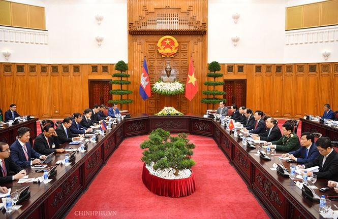 PM Nguyen Xuan Phuc melakukan pembicaraan dengan PM Kamboja, Hun Sen - ảnh 1