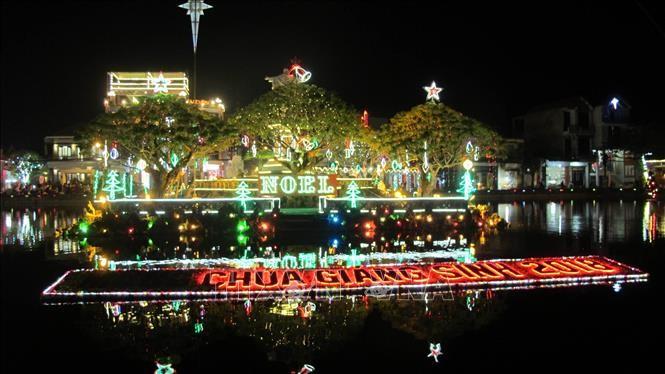 Suasana menyambut Hari Natal yang meriah di seluruh Viet Nam - ảnh 1