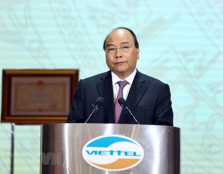 PM Nguyen Xuan Phuc menghadiri acara peringatan ulang tahun ke-30 berdirinya Viettel - ảnh 1