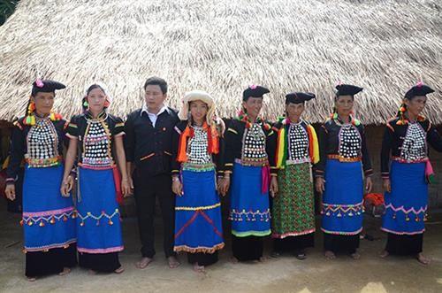 Pakaian dan selendang perempuan dari warga etnis minoritas Si La - ảnh 1