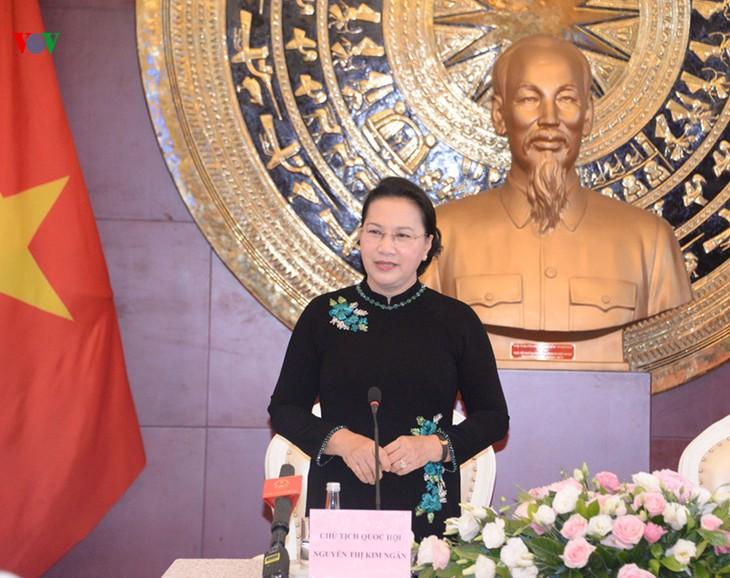 Ketua MN Nguyen Thi Kim Ngan menerumi para staf Kedutaan Besar dan wakil komunitas orang Viet Nam di Tiongkok - ảnh 1