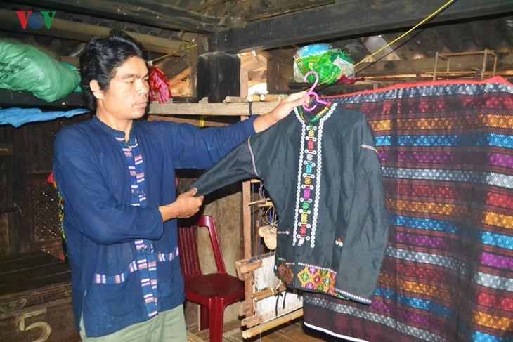 Menghidupkan kembali kerajinan menenun kain ikat dari warga etnis-etnis minoritas Van Kieu dan Pa Co - ảnh 1
