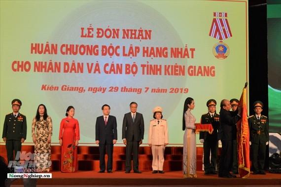 PM Nguyen Xuan Phuc menyampaikan Bintang Kemerdekaan klas I kepada Provinsi Kien Giang - ảnh 1