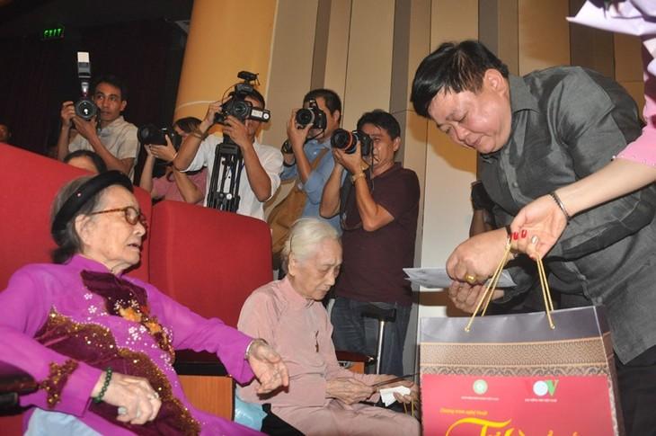 "Program kesenian khusus: ""Banggalah Tanah Air-Ibu Viet Nam"" memuji nilai-nilai moral tradisional bangsa - ảnh 1"
