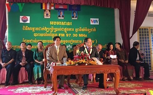 ກຳປູເຈຍ: ເປີດສະຫຼອງສະຖານີເຄື່ອງສົ່ງວິທະຍຸກະຈາຍສຽງ FM  ຢູ່ແຂວງ Prey Veng ໂດຍຫວຽດນາມອຸປະຖຳ - ảnh 1