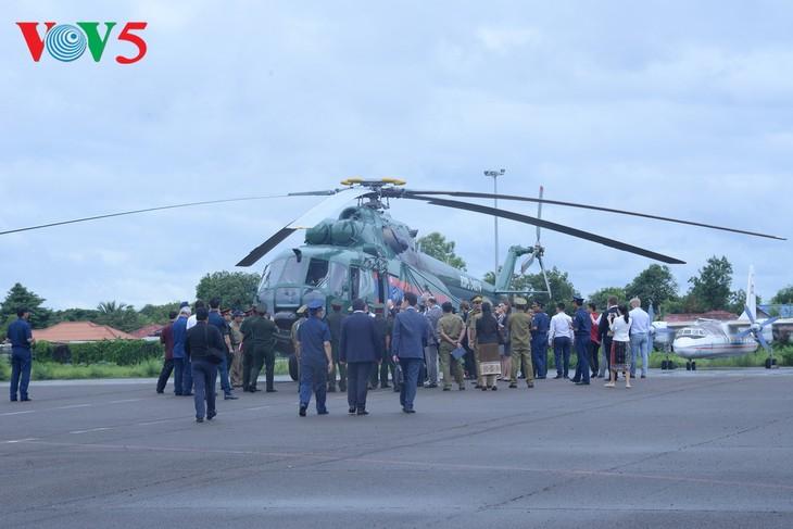ພິທີມອບຮັບເຮືອບິນເອລີກອບເຕີ Mi -17 ຂອງລັດເຊຍ ໃຫ້ແກ່ກອງທັບອາກາດສປປລາວ - ảnh 11