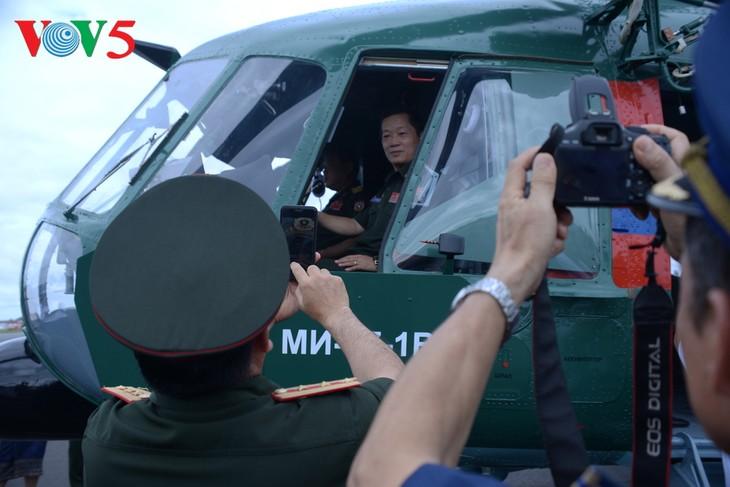 ພິທີມອບຮັບເຮືອບິນເອລີກອບເຕີ Mi -17 ຂອງລັດເຊຍ ໃຫ້ແກ່ກອງທັບອາກາດສປປລາວ - ảnh 13