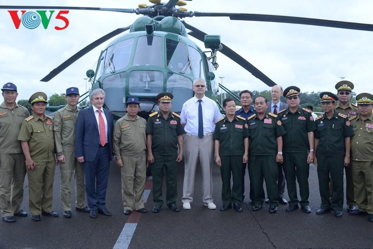 ພິທີມອບຮັບເຮືອບິນເອລີກອບເຕີ Mi -17 ຂອງລັດເຊຍ ໃຫ້ແກ່ກອງທັບອາກາດສປປລາວ - ảnh 14