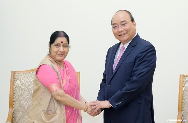 ທ່ານນາຍົກລັດຖະມົນຕີ ຫງວຽນຊວນຟຸກ ຕ້ອນຮັບທ່ານນາງ Sushama Swaraj ລັດຖະມົນຕີການຕ່າງປະເທດ ອິນເດຍ  - ảnh 1