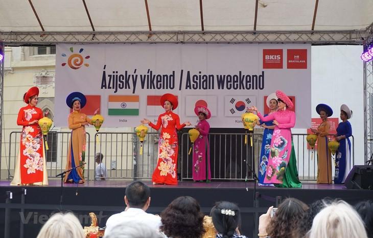 """ເຂັ້ມຂຸ້ນສີສັນວັດທະນະທຳຫວຽດນາມໃນວັນບຸນ """"Asian Weekend 2019"""" ຢູ່ປະເທດສະໂລວາກີ - ảnh 1"""