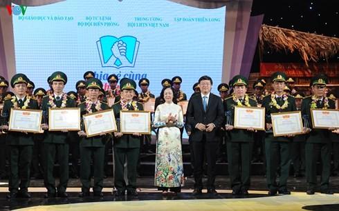 Honran a 60 combatientes de guardia fronteriza de Vietnam con aportes a la alfabetización - ảnh 1
