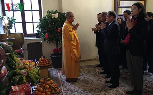 Budistas vietnamitas en Francia siguen el espíritu de la gran unidad nacional - ảnh 1