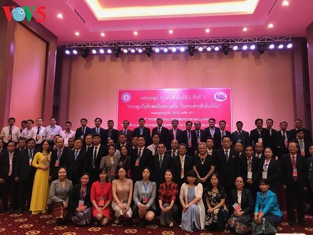 Vietnam participa en un seminario internacional sobre el socialismo en Laos - ảnh 1