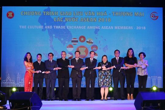 Inauguran intercambio cultural-comercial de Asean 2018 - ảnh 1