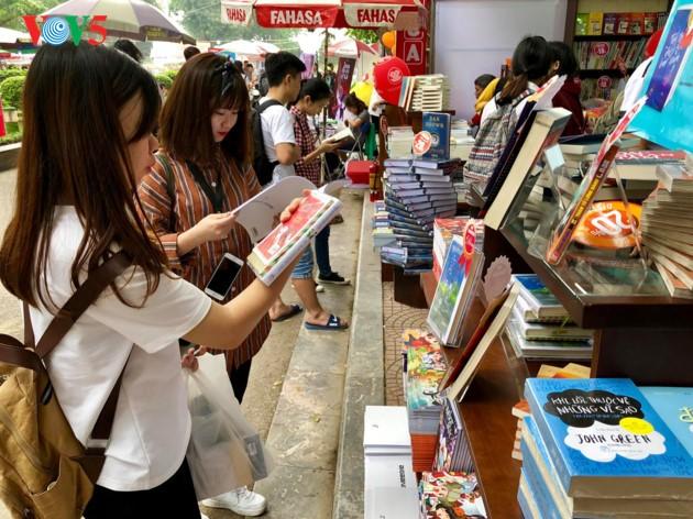 Lectores vietnamitas saludan el Día Nacional del Libro - ảnh 1