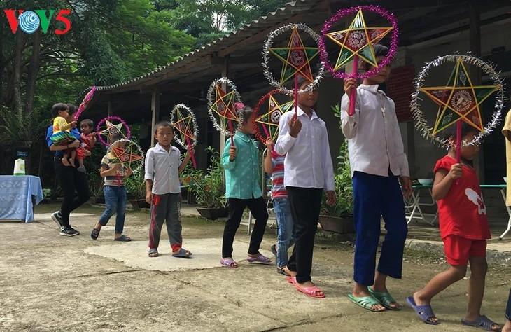Niños vietnamitas en difícil situación económica reciben la fiesta otoñal - ảnh 1