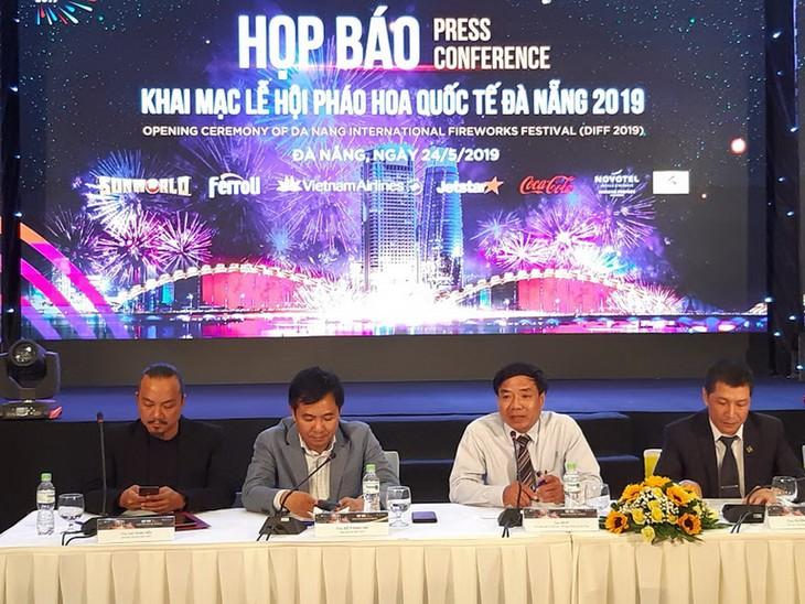 Festival Internacional de Fuegos Artificiales de Da Nang acapara interés de amigos extranjeros - ảnh 1