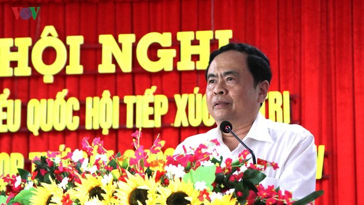 Líderes vietnamitas tratan temas parlamentarios con electores - ảnh 1
