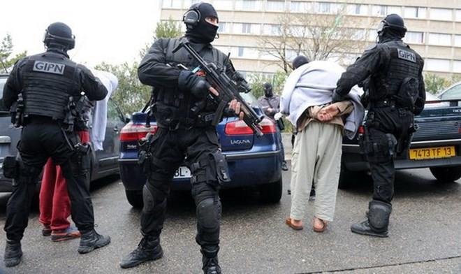 フランス当局、8人の容疑者を拘束 - ảnh 1