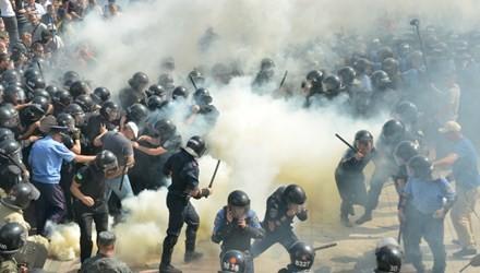 ウクライナイ、国会前でデモ隊と警察が衝突 - ảnh 1