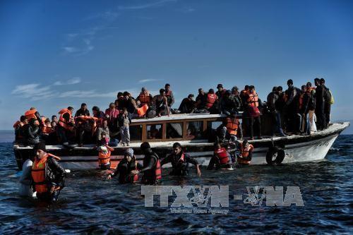 難民船事故相次ぎ11人死亡 ギリシャ沖、悪天候で - ảnh 1