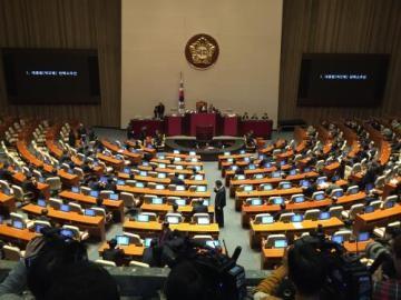 韓国大統領「早期の混乱収束を期待」、弾劾案可決で - ảnh 1