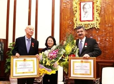 ベトナム、SOS子ども村の会長と名誉会長に労働勲章を授与 - ảnh 1