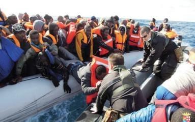 欧州目指す難民 死者・不明者5000人超 過去最悪 - ảnh 1