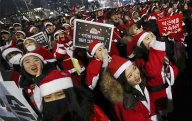 クリスマスもサンタ姿でデモ参加 朴氏即時退陣求め55万人 韓国 - ảnh 1