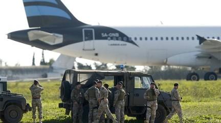 リビア機乗っ取り犯が投降 - ảnh 1