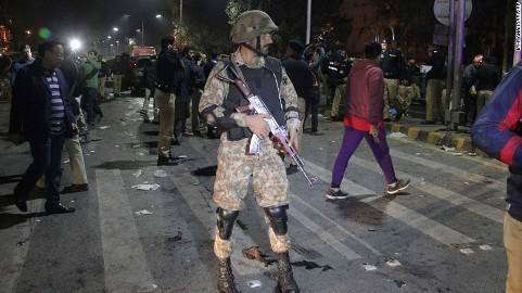 パキスタン東部で自爆テロ 警察官狙ったか 13人死亡 - ảnh 1
