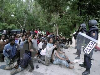 アフリカ人移民ら500人、スペイン飛び地領へなだれ込む - ảnh 1