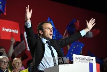 仏大統領選 2人の候補が同じ工場で訴え 選挙戦激しさ増す - ảnh 1