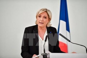 仏大統領選 2人の候補が同じ工場で訴え 選挙戦激しさ増す - ảnh 2