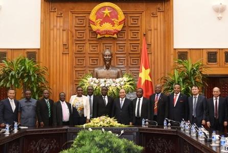 フック首相、タンザニア要人と会見 - ảnh 1