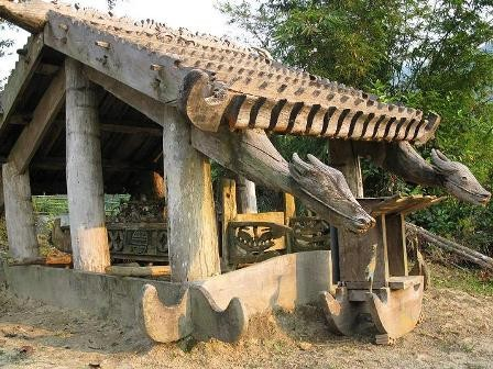 コトゥ族のお墓に施された彫刻 - ảnh 2