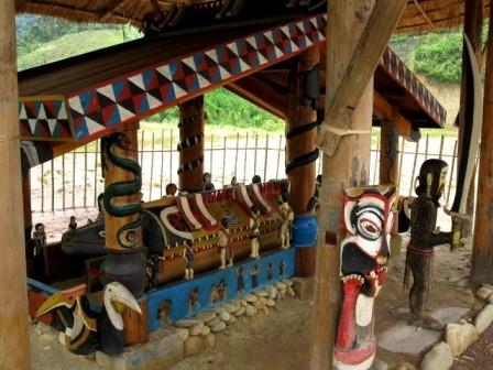 コトゥ族のお墓に施された彫刻 - ảnh 1