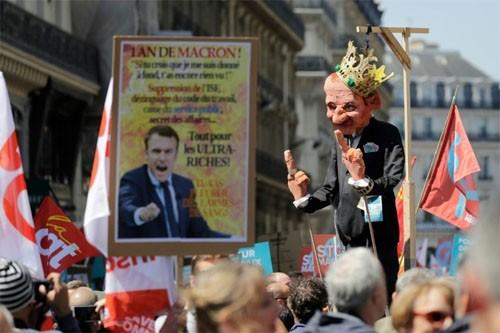 パリ中心部で数万人がマクロン改革に抗議 - ảnh 1